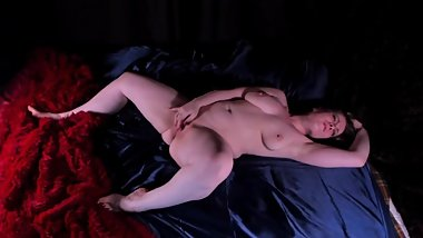Sexy blonde MILF masturbates after waking up in bed